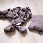 recenze Caboo Close Organic Cotton Baby Carrier (Totally Taupe)