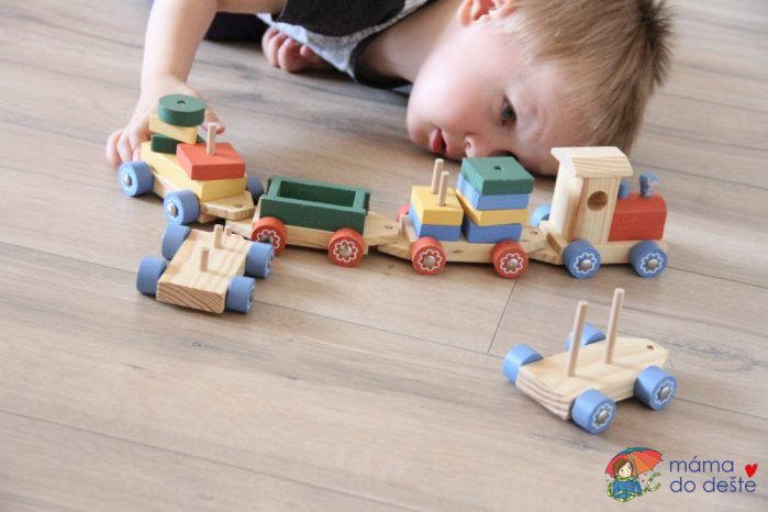 Navlékání tvarů, mašinka ze dřeva.