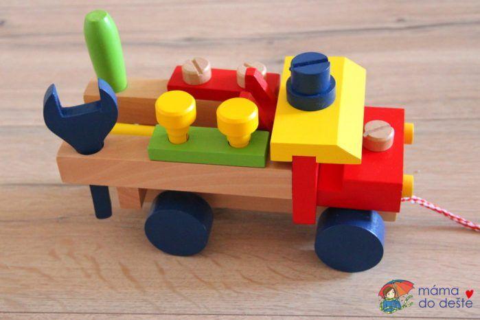 Montážní auto Woody: Pohled z boku. Auto má šňůrku a dítě ho může tahat za sebou po místnosti.