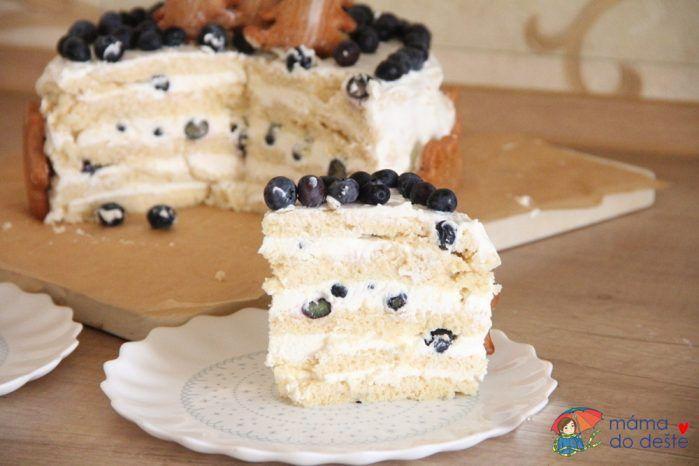 Dort k prvním narozeninám: Rozkrojený dort.