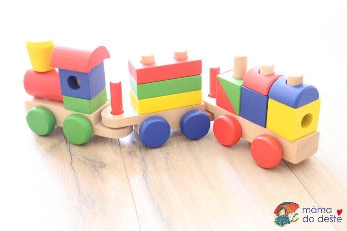 Dřevěný vláček vkládačka Joueco - mašinku tvoří lokomotiva a dva vagónky.