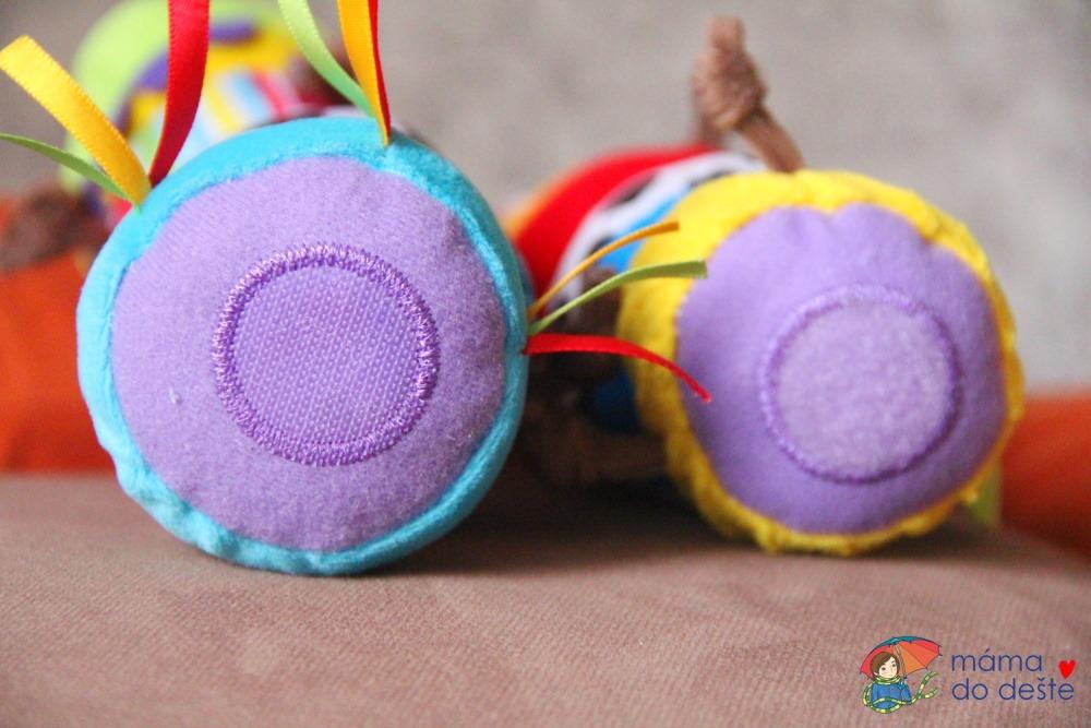 Lamaze spojovací housenka - detail na suchý zip.
