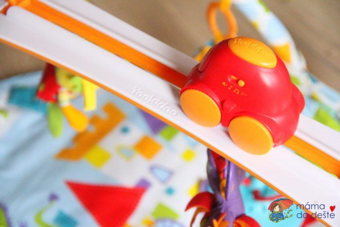 Yookidoo hrací deka s hrazdičkou - detail na autíčko