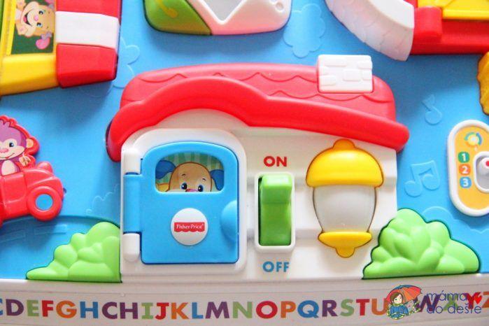 Fisher Price pejskův stoleček Smart Stages - detail na dveře a svítilnu.