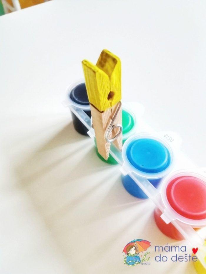 Každý kolíček jsem obarvila jinou barvou a nechala jsem ho uschnout.