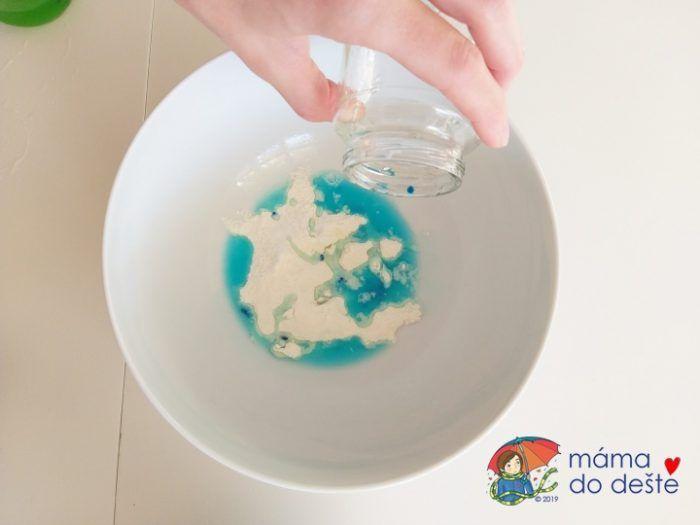 Do mouky a soli jsem nalila vodu smíchanou s potravinářskou barvou.
