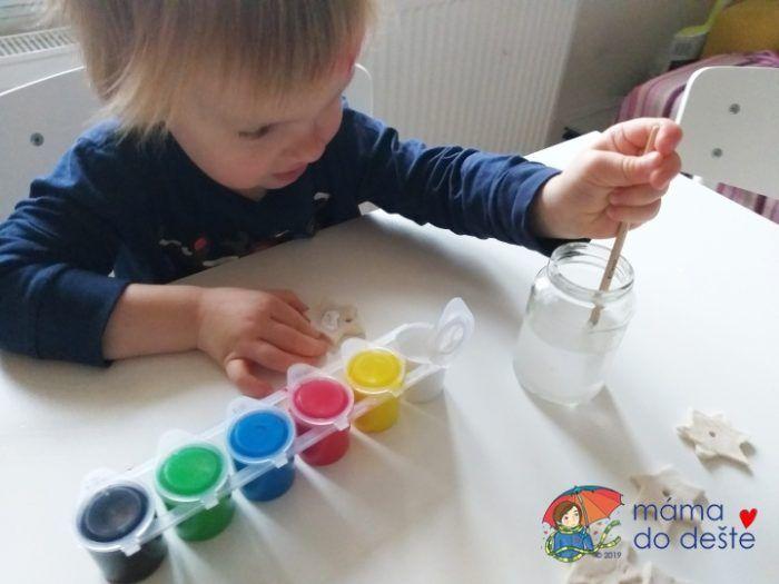 Na bílé slané těsto může dítě malovat štětcem i prstovými barvami.