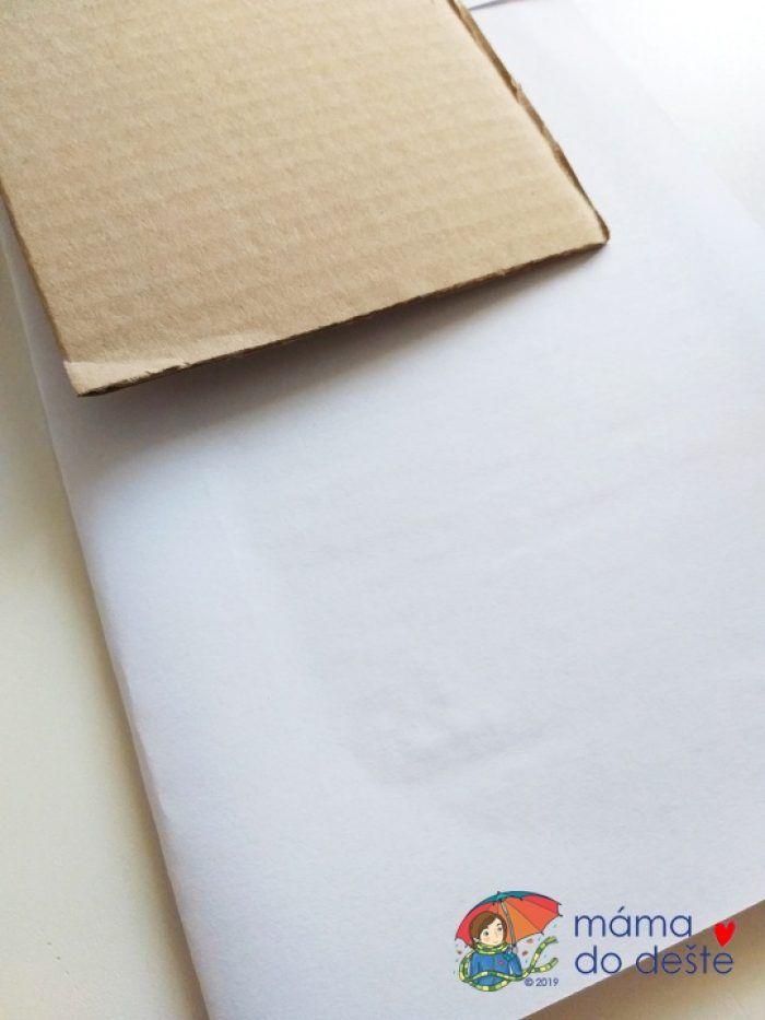 Zbytky kartonové krabice jsem polepila bílým papírem.Zbytky kartonové krabice jsem polepila bílým papírem.