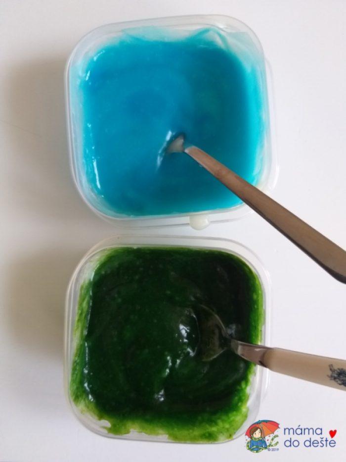 Porovnání sytosti barev. Modrá barva je obarvena gelovkou, zelená barvou z pytlíčku.