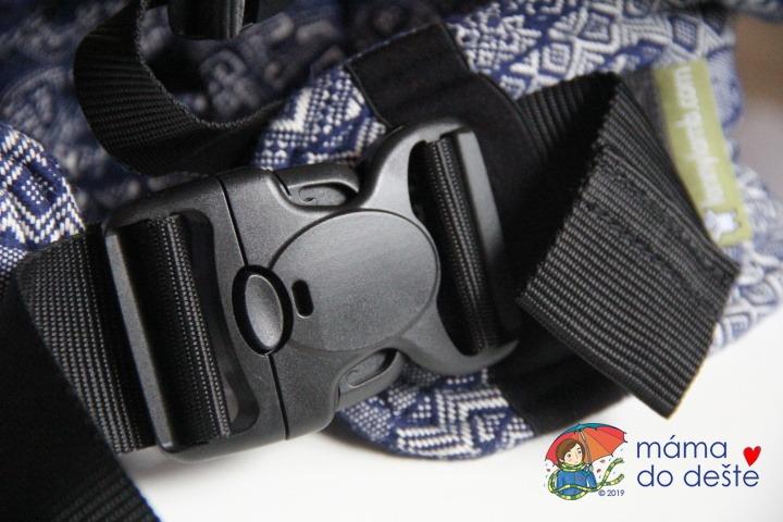 Nosítko LennyLamb Baby: Detail na zapínání spony bederního pásu.