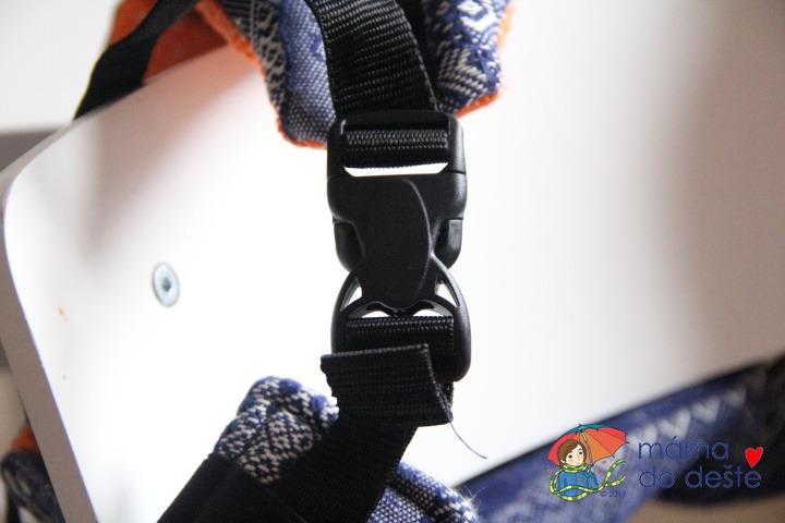 Nosítko LennyLamb Baby: Detail na zapínání ramenních popruhů.