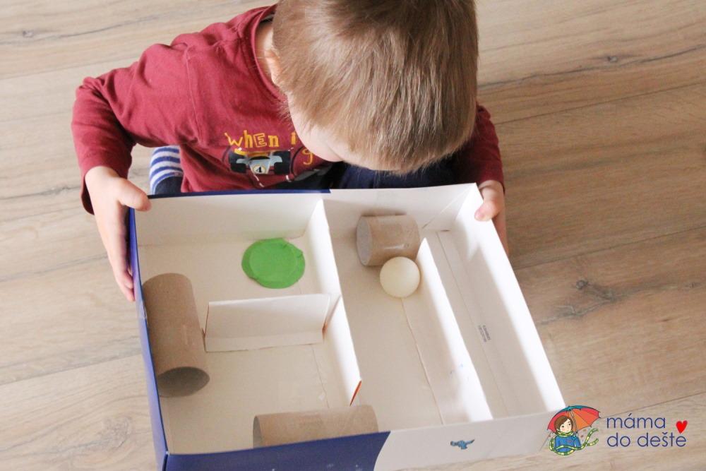 Velký kuličkový labyrint z krabice a ruliček