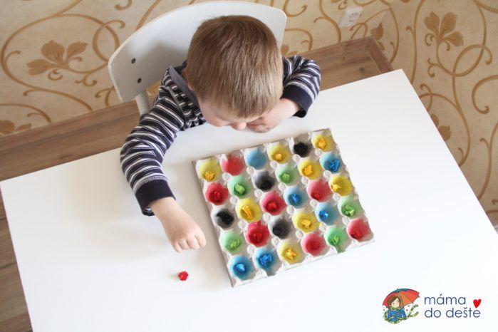 Hra s barvami z kartonu od vajec