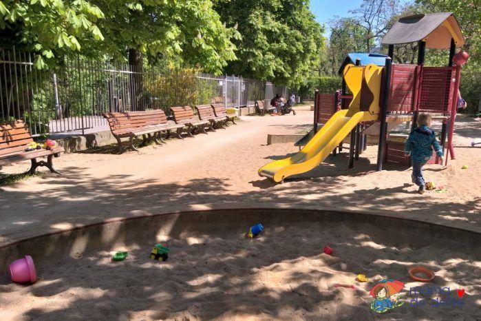 Dětské hřiště se nachází hned u horního vstupu do Stromovky, na rohu ulice Nad Královskou oborou a Šmeralova.