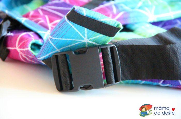 Detail na sponku na bederním pásu – Lenka 4ever spřekřížením popruhů