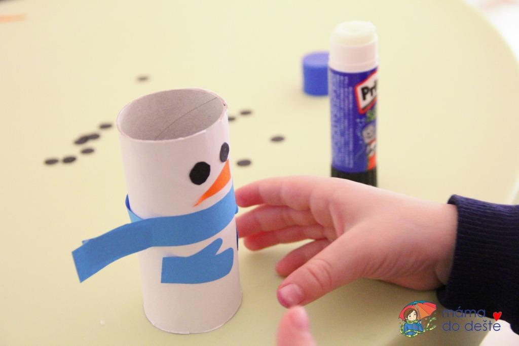 Sněhuláci z ruliček od toaletního papíru