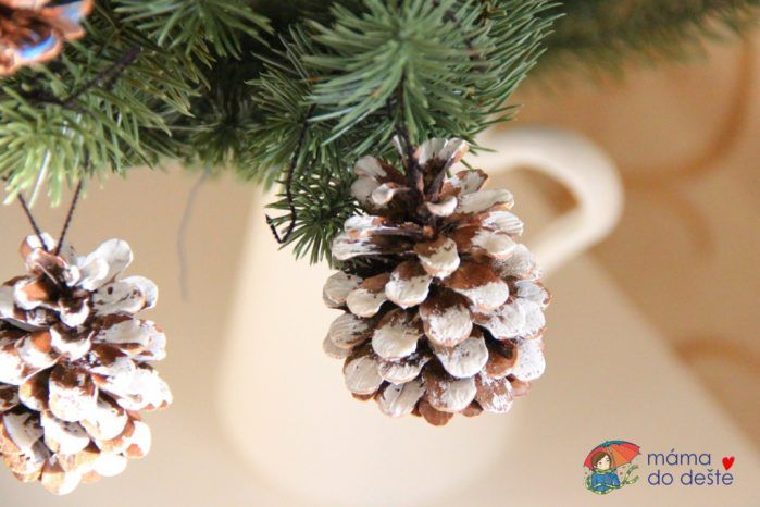 Barevné a zasněžené šišky jako ozdoby na vánoční stromeček