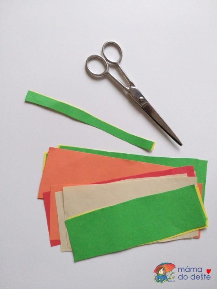 Barevné papíry připraveny ke stříhání