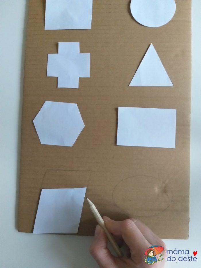 Tvary jsem obkreslila na karton velmi silně, ale do papíru jsem netlačila, abych ho nepoškodila.