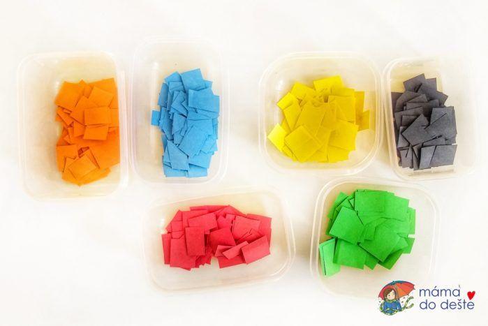 Mozaika z barevného papíru: Barevné kousky roztříděné do mističek.