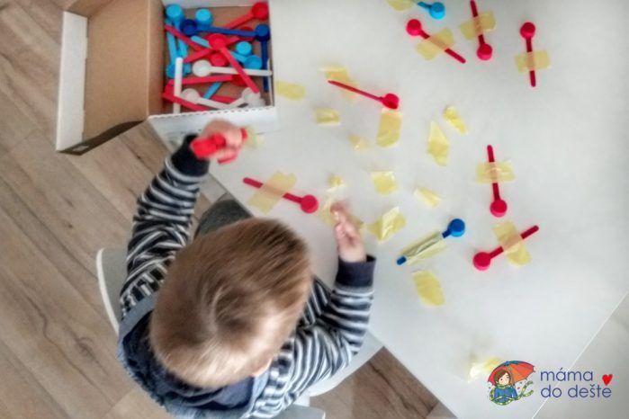 Odlepování odměrek ze stolu. Využili jsme malířskou lepicí pásku.