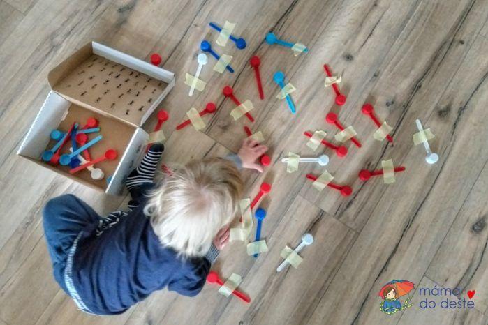 Odměrky jsem přesunula na podlahu, aby se dětem lépe odlepovaly.