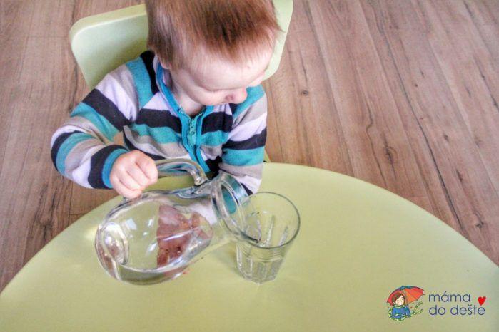 Přelévání vody ze džbánu.