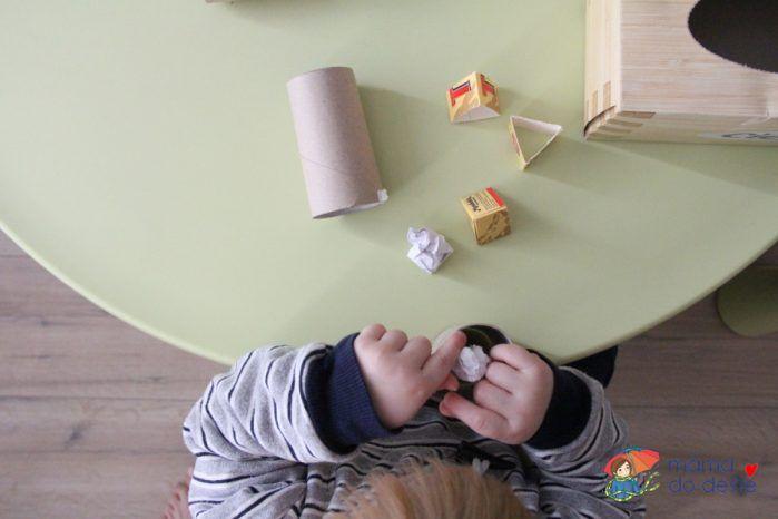 Házení zmačkaného papírku do ruličky od toaletního papíru.