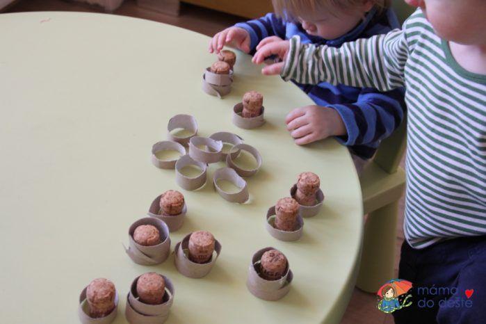 Vkládání kroužků na korkové zátky.
