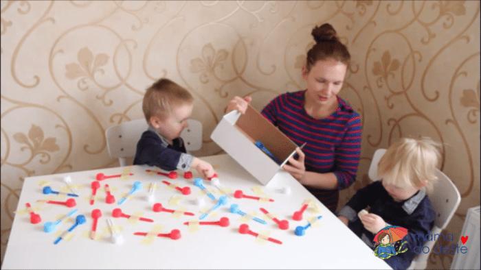 Odměrky házely děti do krabice.