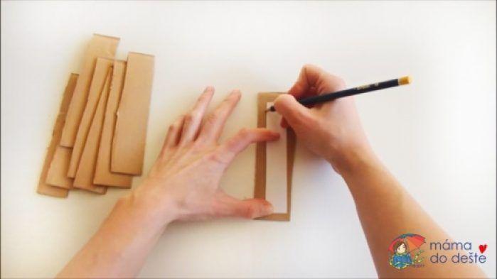 Na kousky kartonu jsem obkreslila malý podlouhlý obdélník.