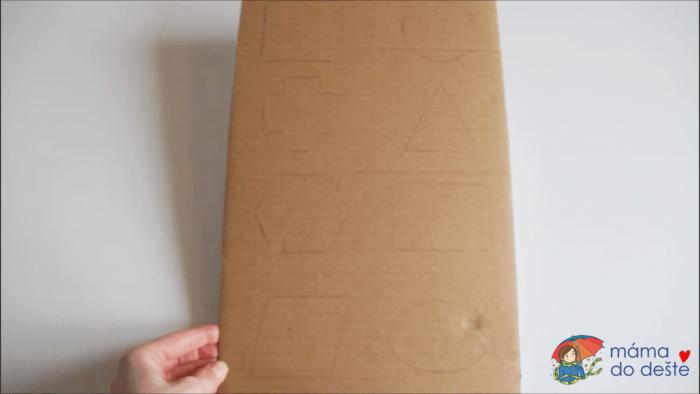 Geometrická vkládačka krok za krokem: Obkreslené tvary na podkladové desce.