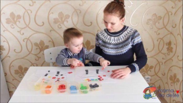 Mozaika z barevného papíru: Společně jsme skládali.