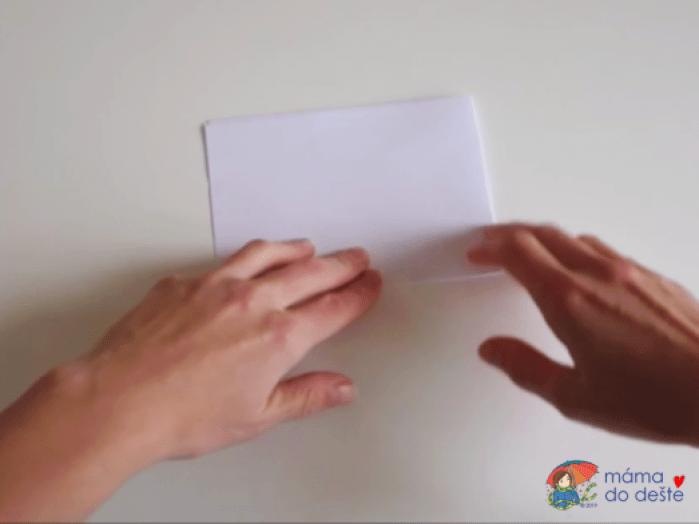 Papír přehnete na čtvrtinu.