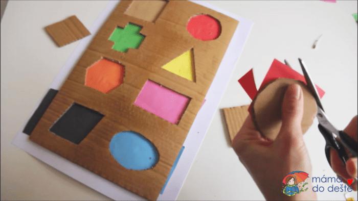 Geometrická vkládačka krok za krokem: Ostříhnutí tvarů a podkladu.