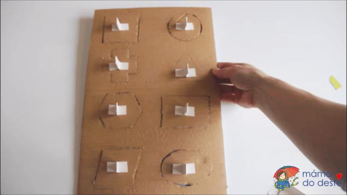 Geometrická vkládačka krok za krokem: Proužky jsem přilepila ke tvarům jako držátka.