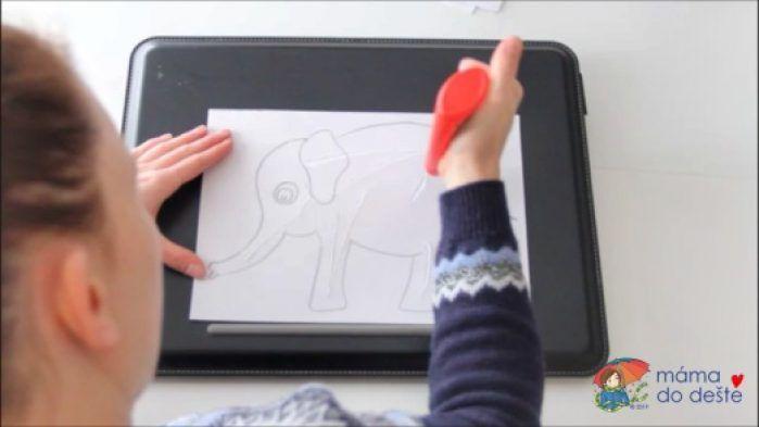 Mozaika z barevného papíru: Slon. Nanášení lepidla.