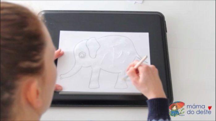 Mozaika z barevného papíru: Slon. Lepidlo jsem rozetřela štětcem.