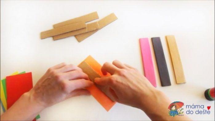 Obdélníky jsem natřela lepidlem a zabalila do barevných papírů.