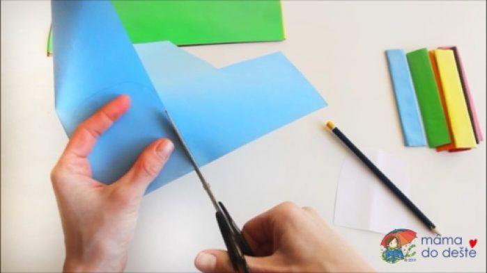 Papír jsem přehnula na polovinu a vystříhla jsem dva kloboučky od každé barvy.