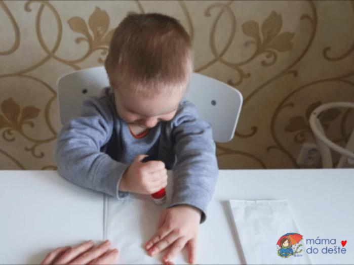 Lepení papírových sáčků bylo náročné.