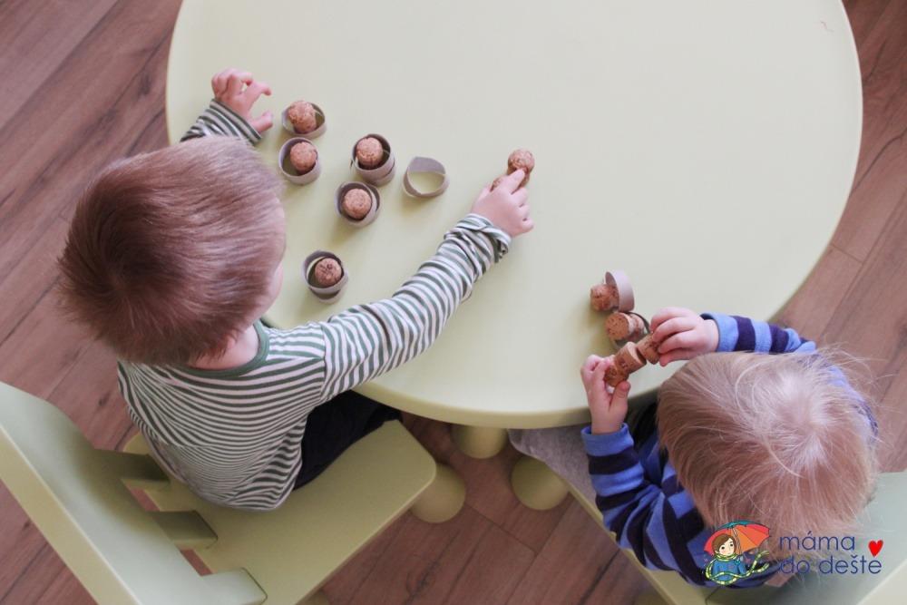 Vkládání kroužků: Domácí hra na podporu rozvoje jemné motoriky