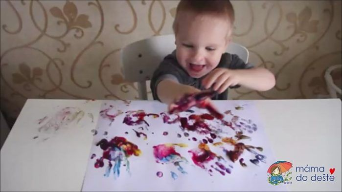 Domácí prstové barvy otisk ruky