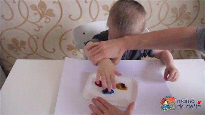 Domácí prstové barvy - otisk ruky krok za krokem.