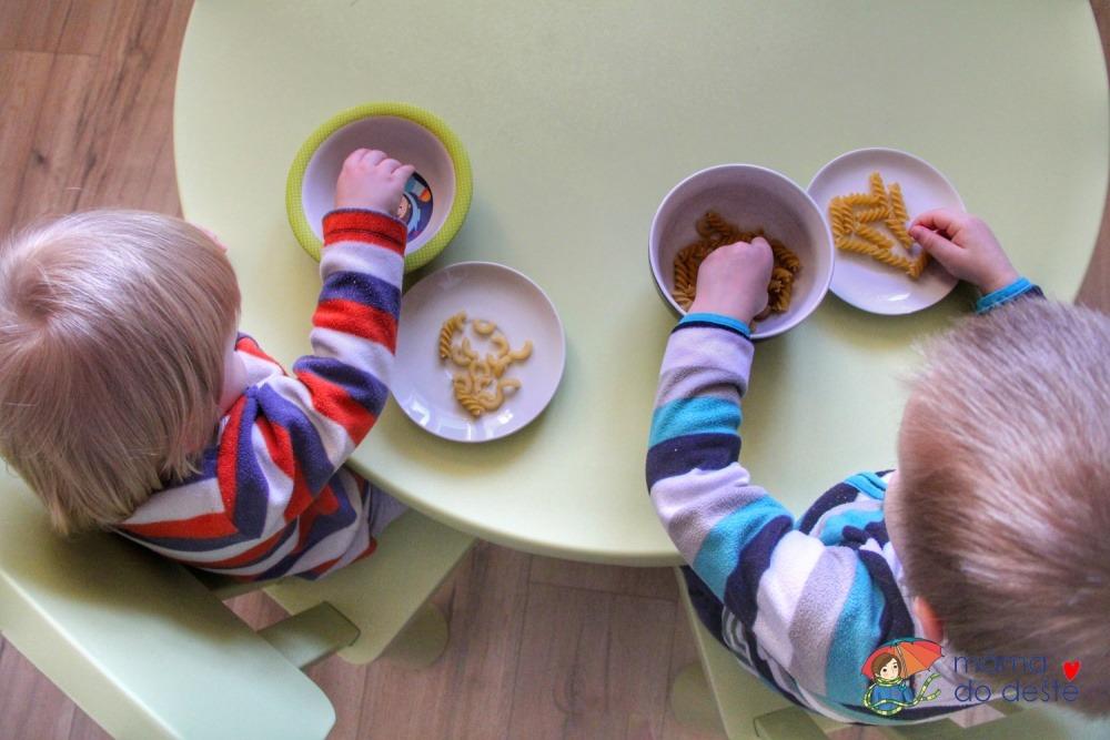 Přendavání těstovin: Jak zabavit děti?