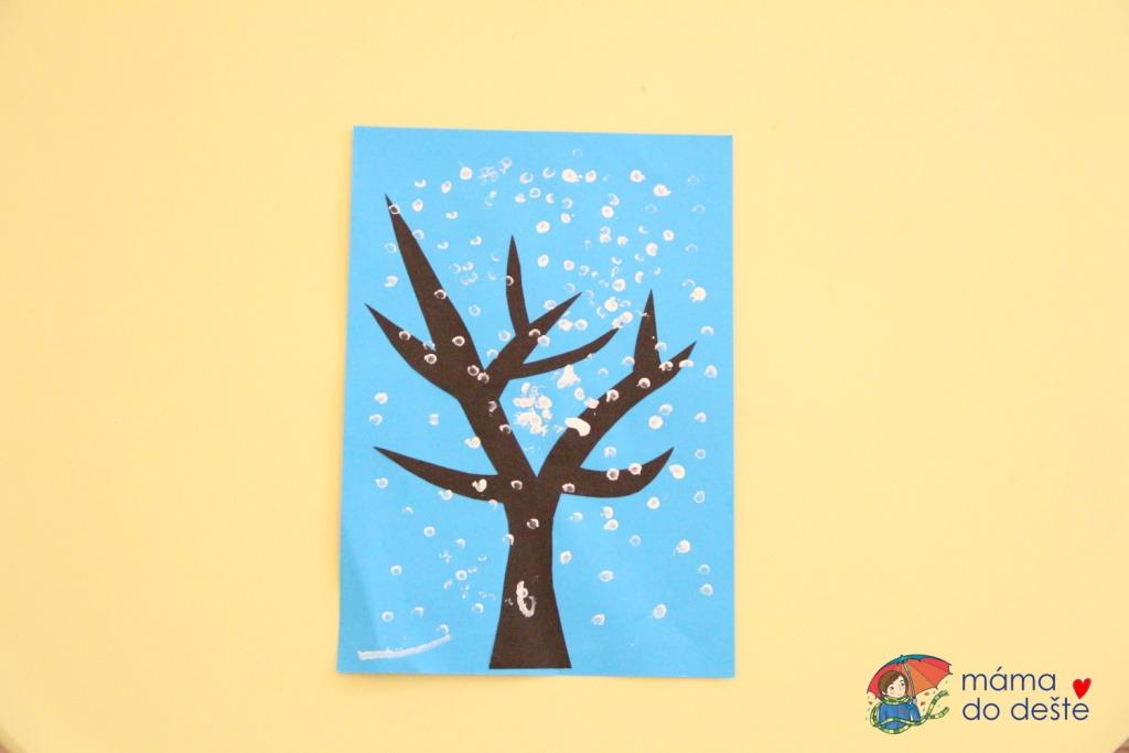 Zimní strom z otisků vatových tyčinek
