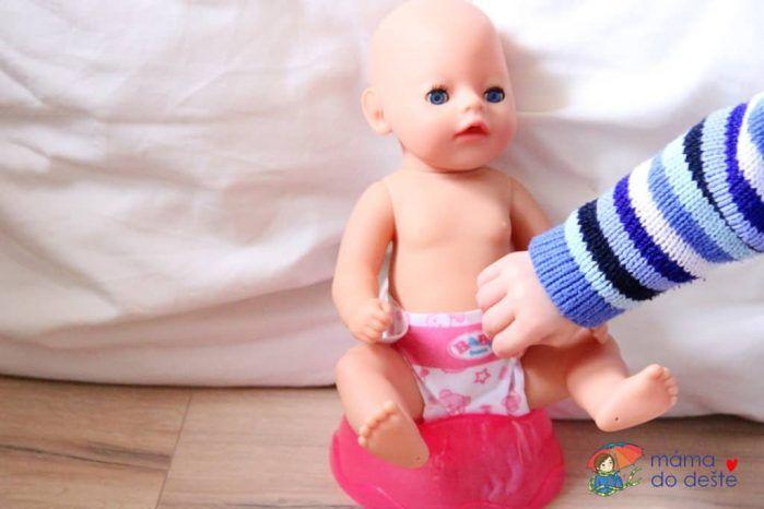 Po napití z lahvičky si panenka sedne na nočník (bez plenky).