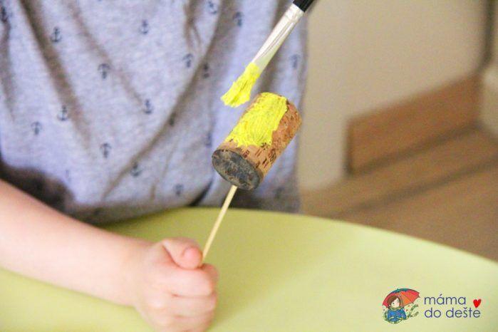 DIY včelky z korkových zátek jako ozdoby do květináče