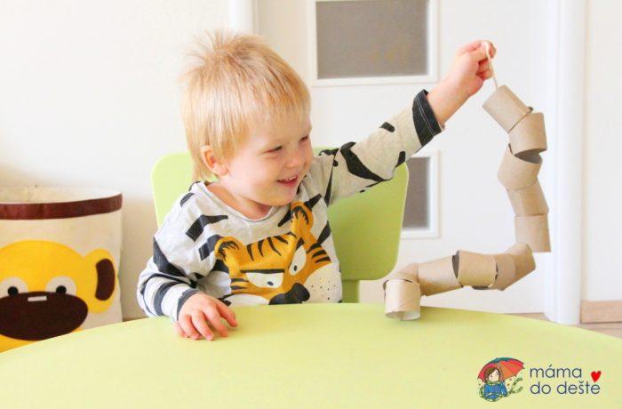 Hra zruliček od toaletního papíru pro dvouleté děti