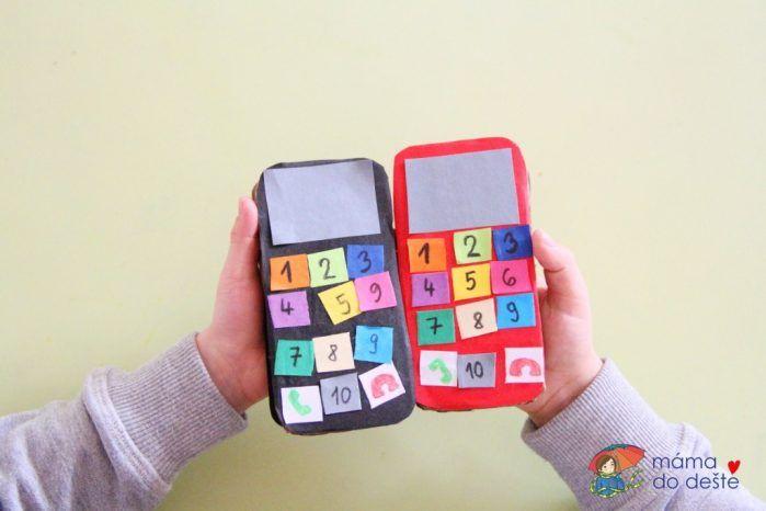 Papírové mobilní telefony jako zábava pro děti i procvičení číslic